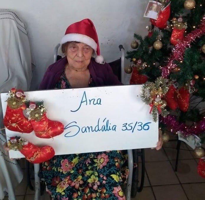 Idosa escreve em cartaz o presente que desea ganhar no Natal através da campanha solidária, em Bezerros — Foto: Divulgação